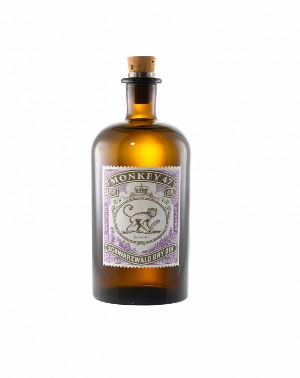 De origem alemã, o Monkey 47 é feito com 47 ingredientes da Floresta Negra. Entre eles, raiz de angélica, folhas de amora, flores de acácia, mirtilos, brotos de abeto e seis tipos de pimentas. É um gin único e exclusivo, em edição limitada e garrafas numeradas individualmente.