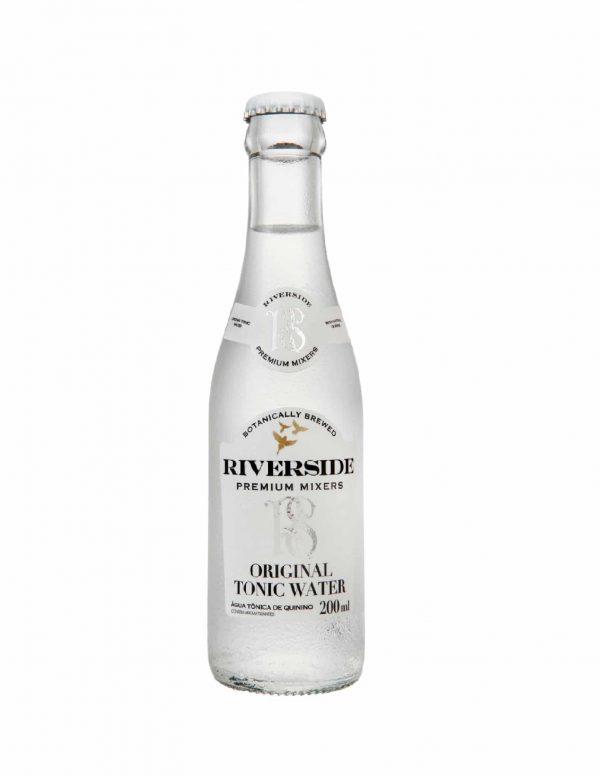 A água tônica Premium Riverside tem alta carbonatação, baixa caloria e sabor marcante. Possui um blend leve e exclusivo, composto por laranja amarga californiana e quinino da Amazônia.