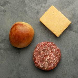 O clássico cheeseburguer fica mais gostoso com ingredientes selecionados. Com brioches artesanais Fetta di Pane, cheddar inglês maturado Joseph Heller e o suculento 481 burguer de 180 gramas, esse é o kit ideal para fazer quatro burgueres deliciosos.