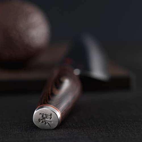 A lâmina é tão afiada, como seria de se esperar de uma faca japonesa tradicional de Miyabi. As facas são extraordinariamente únicas no que tange à concepção da lâmina e, acima de tudo, ao manuseio. O núcleo ultraduro das lâminas destas facas está rodeado por mais duas camadas de aço. Suas lâminas recebem um remate martelado na produção, proporcionando-lhes um acabamento visualmente atraente.